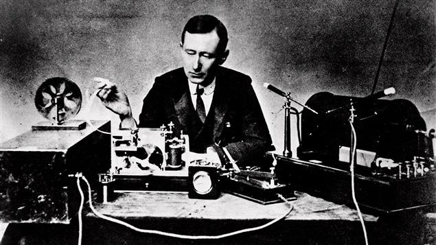 Guglielmo Marconi, reconnu comme étant l'inventeur de la radio, devant son équipement en 1901.
