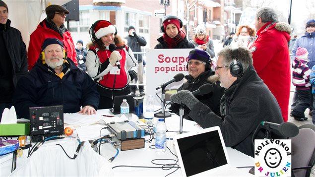 Une partie de l'équipe de l'émission : Joël Le Bigot, Ève Christian et Stéphane garneau, autour du Dr Julien