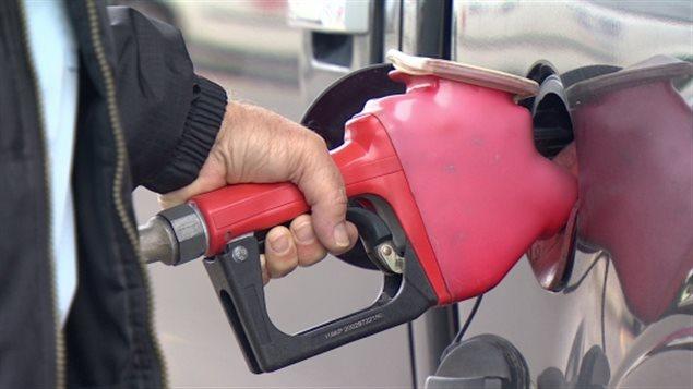 هبطت أسعار وقود السيارات في كندا الشهر الماضي إلى أدنى مستوى لها منذ شباط (فبراير) 2011
