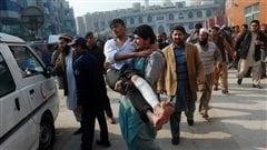 Un écolier blessé est évacué par des citoyens.