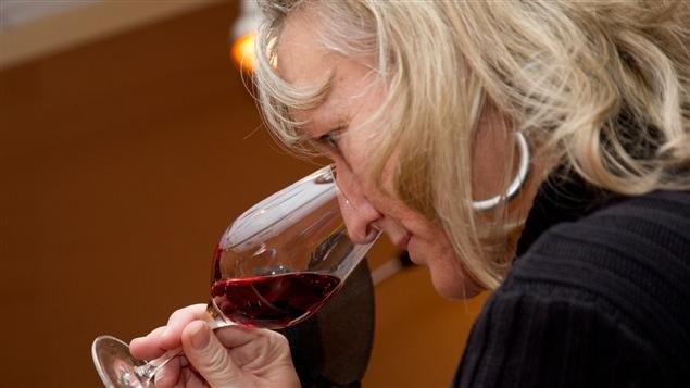 Véronique Rivest hume un vin avant de le déguster.
