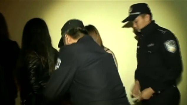 Arrestation de jeunes femmes par des policiers chinois.