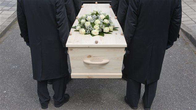 Des hommes portent un cercueil