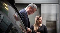 Policiers tués: le maire de New York tente de calmer le jeu