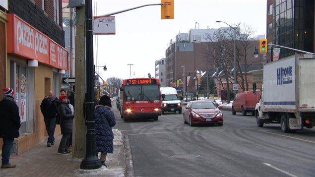 Le conseiller municipal d'Ottawa David Chernushenko demande à OC Transpo d'étudier la possibilité d'augmenter le nombre d'autobus sur la rue Bank le dimanche.