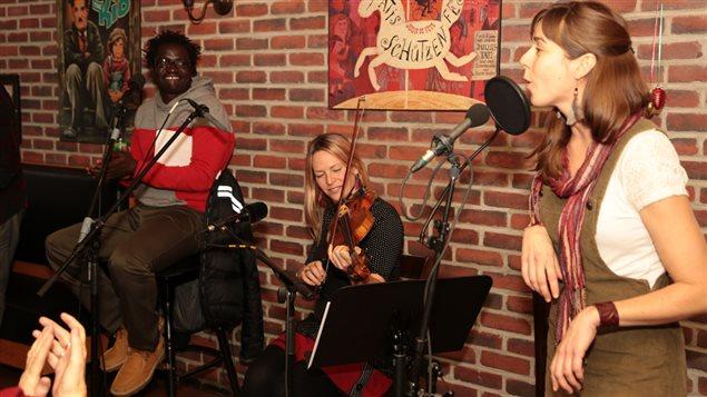 Boucar Diouf et deux de ses invités, la violoniste Cahterine Planet et la calleuse Jacynthe Guimond