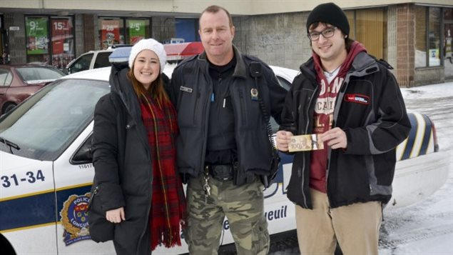 شرطة مدينة لونغاي وزّعت أموال التبرّعات على المعوزين في عيد الميلاد
