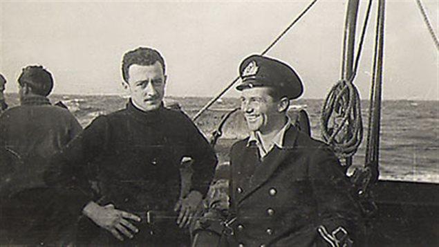 Stanislas Déry, commandant en second du HMCS St.Thomas, en compagnie de Peter Heisig, commandant en second du sous-marin U-877, en 1944.