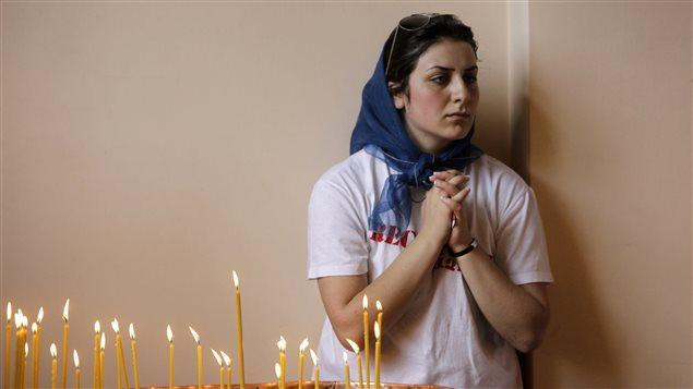 Une jeune femme prie pour les victimes du génocide arménien lors d'une cérémonie anniversaire.