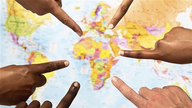 Carte de l'Afrique pointée du doigt