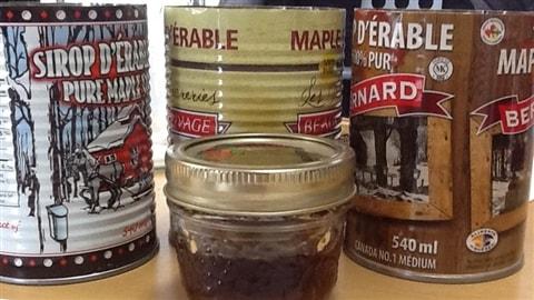 Différents sirops d'érable. Avec le nouvel étiquetage proposé sur le sucre, le sirop d'érable devrait-il avoir encore sa place sur nos tables?
