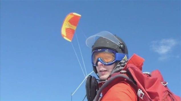 Frédéric Dion a mis 55 jours pour traverser seul l'Antarctique en skis, tiré par une voile.