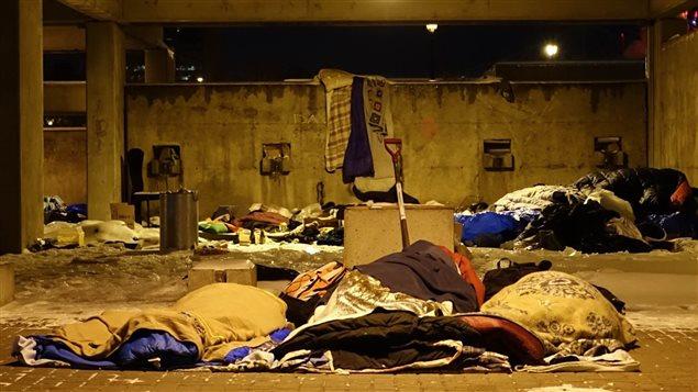 Des sans-abri montréalais passent la nuit dans le Square Viger.