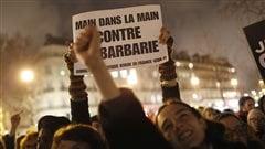 Des milliers de Parisiens ont convergé vers la place de la République pour rendre hommage aux victimes de la tuerie commise aux locaux de Charlie hebdo.