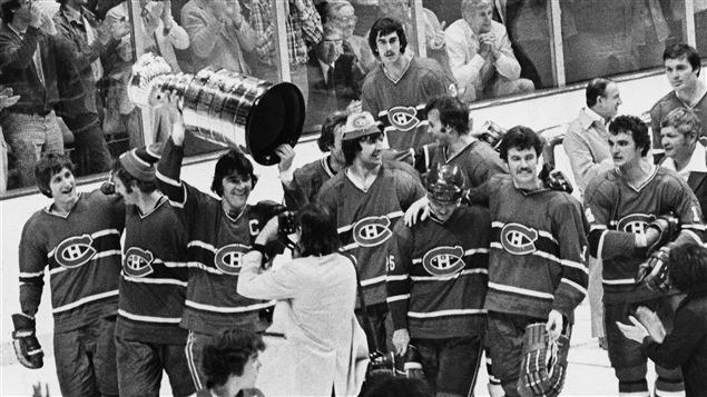 Serge Savard soulève la deuxième de quatre Coupes Stanley consécutives pour le Canadien, le 14 mai 1977.