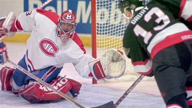 Patrick Roy sort la mitaine contre Ted Drury, en 1995.