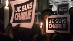Des dizaines de personnes rassemblées devant le Consulat de France à Toronto