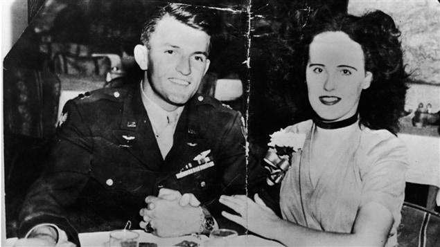 Surnommée le Dahlia noir, la comédienne Elizabeth Short, à droite, a été retrouvée coupée en deux et vidée de son sang au matin du 15 janvier 1947.