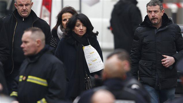 Jeannette Bougrab (au centre), tout près du siège de Charlie Hebdo mercredi dernier après l'attentat