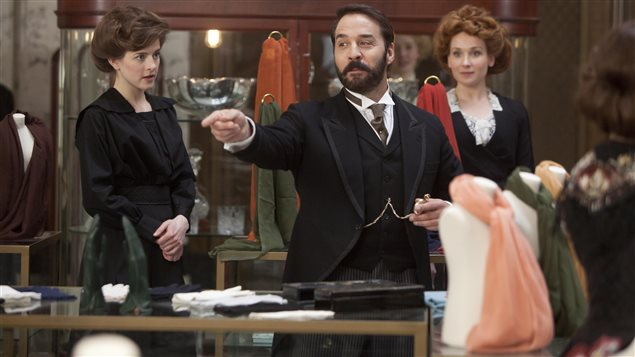 Jeremy Piven dans la série <i>Monsieur Selfridge</i>