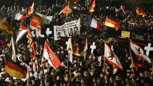 Des manifestants de Pegida à Dresde en Allemagne.