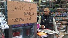 Les kiosques à journaux ont vendu toutes leurs copies de <i>Charlie Hebdo</i> avant la levée du soleil, en France.