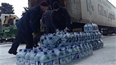 Des litres d'eau arrivent enfin au point de ravitaillement du Colisée Jean-Béliveau, à Longueuil, en après-midi jeudi.