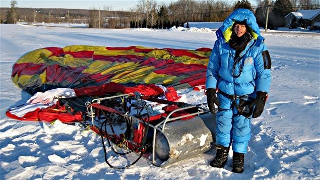 Sandra Rolfe d'Ottawa vient de fracasser le record mondial de la durée de vol, seule, en montgolfière, en restant 7 heures 24 minutes dans les airs. (13-01-15)