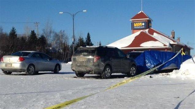 La voiture de la victime de la fusillade de Bathurst a été recouverte d'une toile bleue.