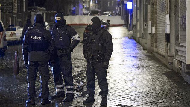 Des membres des forces spéciales belges bloquent une rue dans le centre de Verviers.