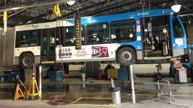 Un autobus de la STM en réparation.