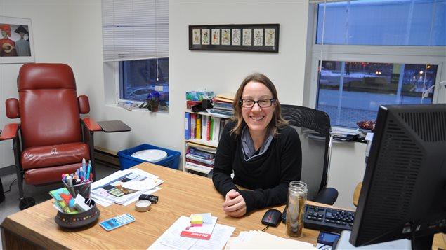 L'infirmière praticienne Isabelle Têtu dans son bureau de consultation.