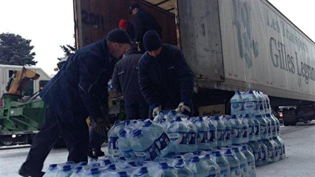 Une distribution d'eau a été organisée par Longueuil après l'avis de non-consommation