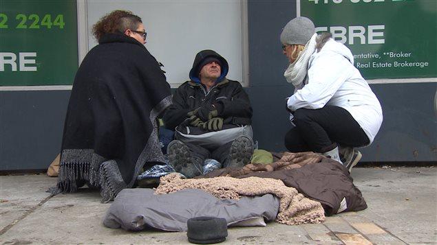 متطوعون يقدمون مساعدات لمشرد