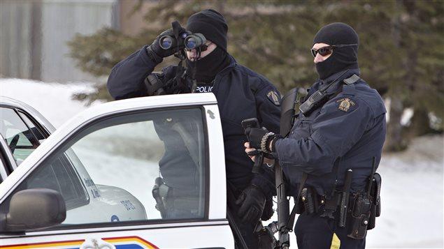 La GRC recherche un suspect qui a tiré sur deux policiers à Saint-Albert, en Alberta.