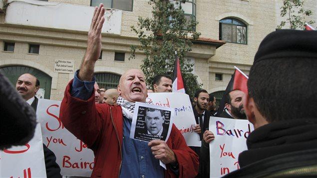 Des manifestants critiquent le ministre John Baird à Ramallah.
