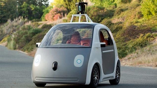 Une première version de la voiture prototype autoconduite de Google navigue sur une route. Google espère voir ses voitures totalement autonomes prendre la route entre 2017 et 2019.