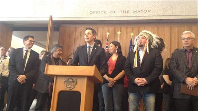 Le maire Brian Bowman entouré par des chefs autochtones et des leaders des communautés culturelles.
