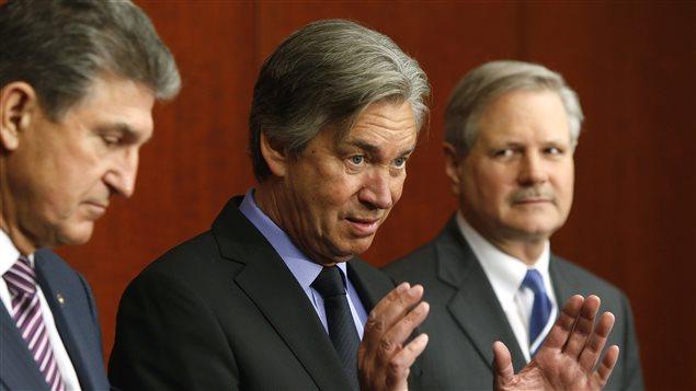 En janvier dernier, Gary Doer (au centre), accompagné des sénateurs démocrate Joe Manchin (gauche) et républicain John Hoeven (droite)