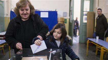 Les Grecs votent lors d'un scrutin historique