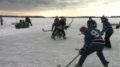 Le tournoi de hockey sur étang de Tracadie-Sheila gagne de la popularité - Radio-Canada