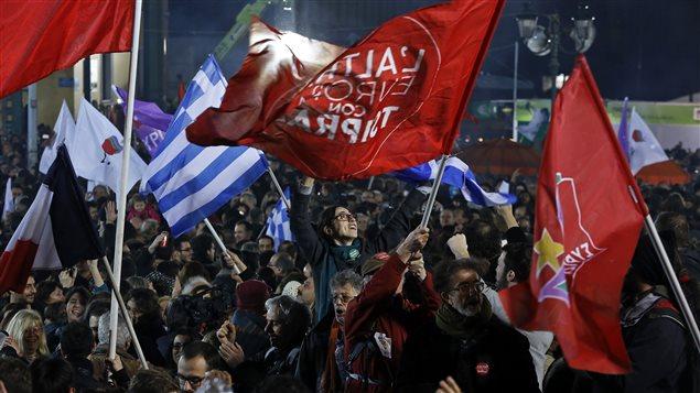 Des Grecs célèbrent la victoire du parti Syriza