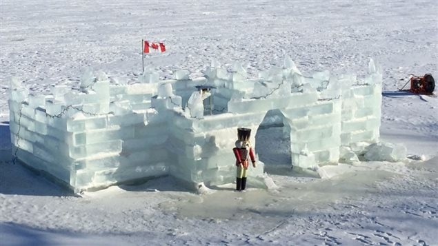 Le drapeau canadien flotte sur le château de glace de la famille Silverthorn.