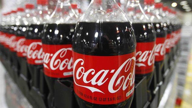 Le nouveau produit qui arrivera sur les tablettes des épiceries a une concentration de sirop inférieure et environ 8 pour cent moins de calories - 240 calories pour une bouteille de Coca-Cola de 591 millilitres, par rapport à 260 pour la formule classique non modifiée.