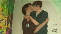 Une murale d'un baiser entre garçons divise une école