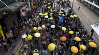 Les parapluies refont leur apparition dans les rues de Hong Kong