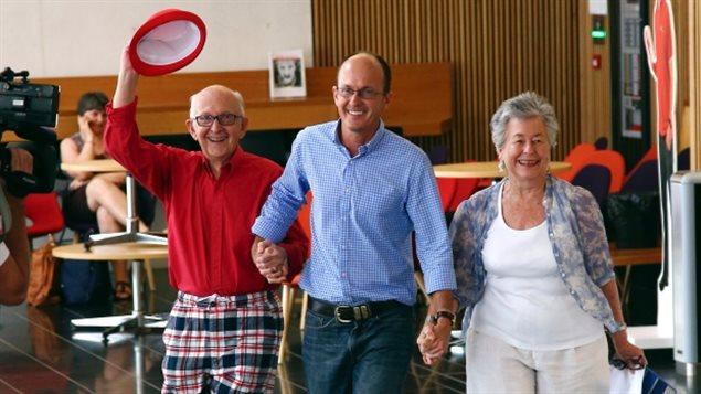 Yuro, à gauche, et Lois Greste, les parents du journaliste australien Peter Greste, et son frère André, au centre, arrivent à une conférence de nouvelles à Brisbane, en Australie lundi. Leur fils Peter, journaliste pour le service anglais d'Al-Jazeera, a été libéré d'une prison égyptienne et expulsé dimanche après plus d'un an derrière les barreaux. (Tertius Pickard / Associated Press)