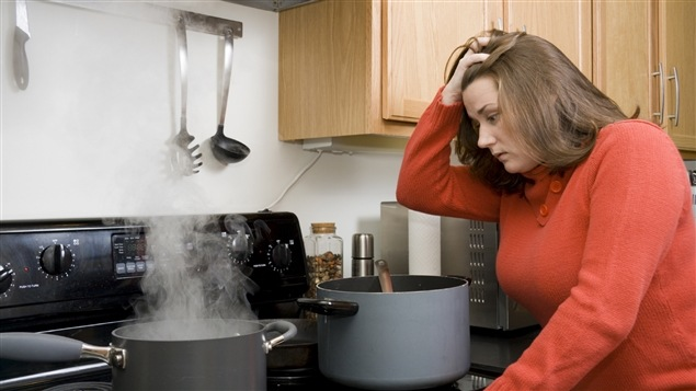 Une femme insatisfaite du déroulement de sa recette