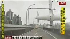 Un avion percute un viaduc près de l'aéroport de Taïwan.