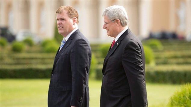 John Baird en compagnie du premier ministre Stephen Harper au printemps 2014, peu de temps après la signature du controversé contrat avec l'Arabie Saoudite.